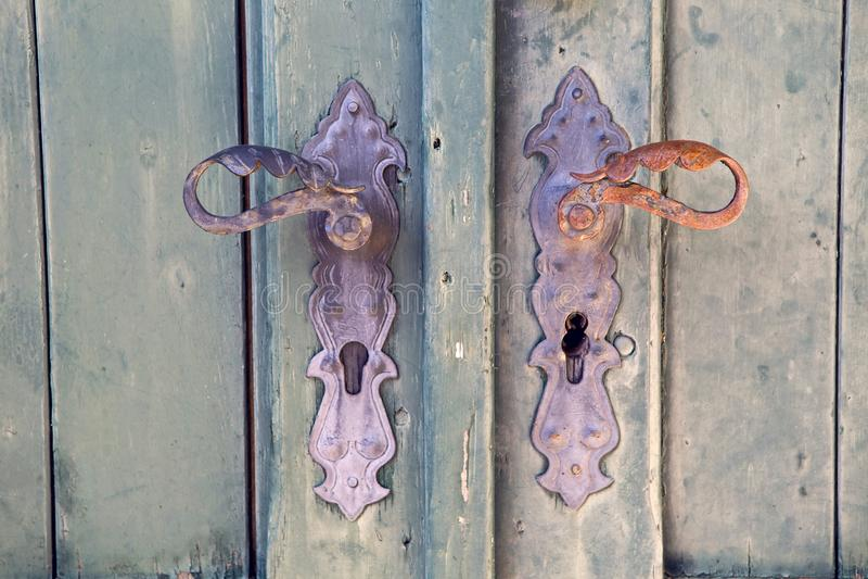 Rocznik drzwiowa rękojeść na zieleni obraz stock