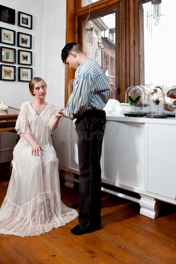 Rocznik dziewczyna w wiktoriański sukni i żeglarz zdjęcie stock