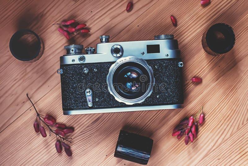 Rocznik ekranowa kamera z filmami na drewnianym tle zdjęcia stock