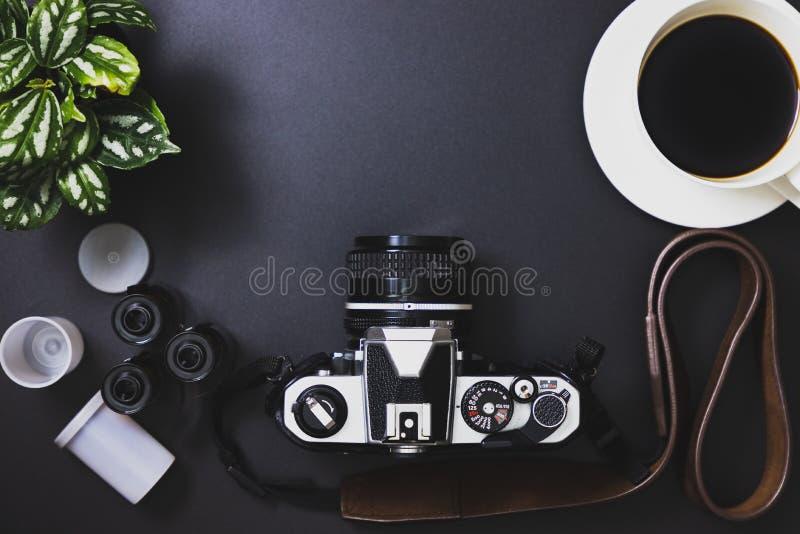 Rocznik ekranowe kamery i ekranowe rolki, czarna kawa, drzewa obraz royalty free