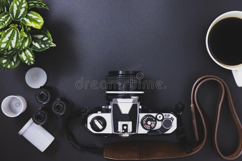 Rocznik ekranowe kamery i ekranowe rolki, czarna kawa, drzewa obrazy royalty free