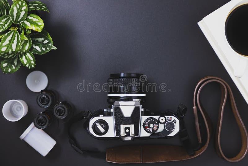 Rocznik ekranowe kamery i ekranowe rolki, czarna kawa, książka, drzewa obrazy royalty free