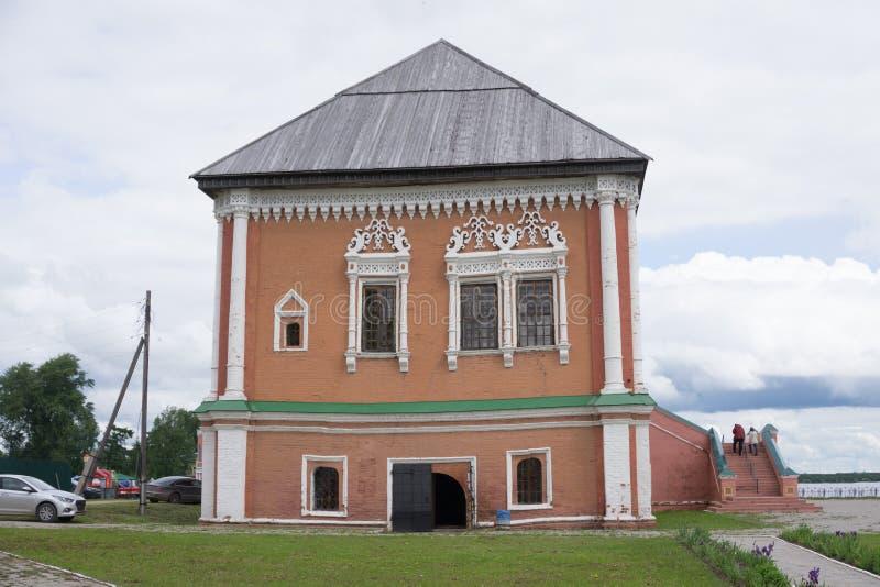 Rocznik fasada ceglanego dand kondygnaci drewniany dom w tradycyjnym rosjanina stylu Frontowego widoku colse up fotografia stock