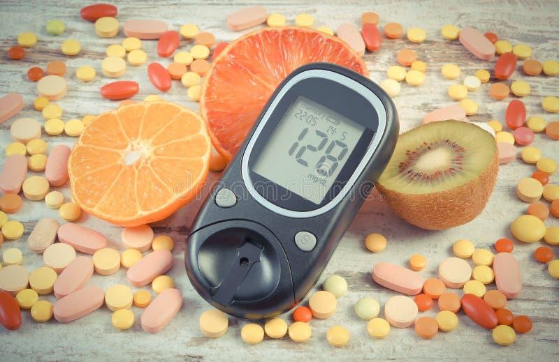 Rocznik fotografia, Glucometer z rezultatem, owoc, kolorowe medyczne pigułki, cukrzyce, zdrowy styl życia i odżywianie, obraz stock