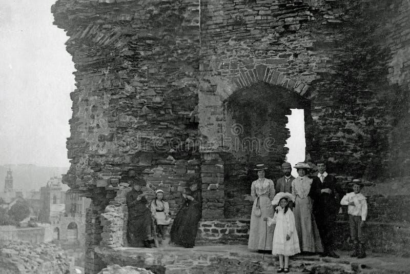 Rocznik fotografia 1901, Holidaying rodzina, Aberystwyth kasztel, Walia zdjęcia stock