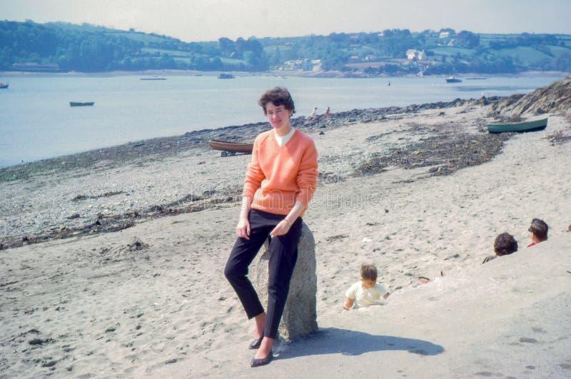 Rocznik fotografia około 1963 młoda kobieta, Helford przejście, Cornwall zdjęcia stock
