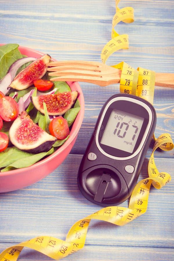 Rocznik fotografia, owoc i warzywo sałatka, glucometer z taśmy miarą, pojęcie cukrzyce, odchudzanie i zdrowy odżywianie, obraz stock