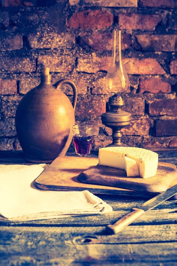 Rocznik fotografia spokojny życie z francuskim koźlim serem zdjęcia royalty free