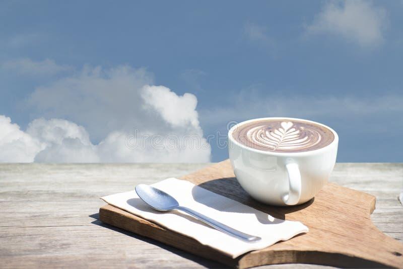 Rocznik gorąca filiżanki cappuccino sztuka, łyżka, tkanka, ciapanie deska na drewnianym stole z kopii przestrzenią fotografia royalty free