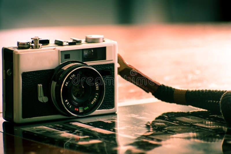 Rocznik kamera dla analogowej ekranowej fotografii fotografia stock