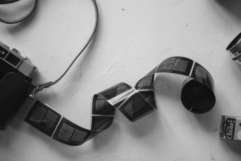 rocznik kamera, film, retro obiektywy na bielu stole, kopii przestrzeń, czarny i biały obrazy royalty free