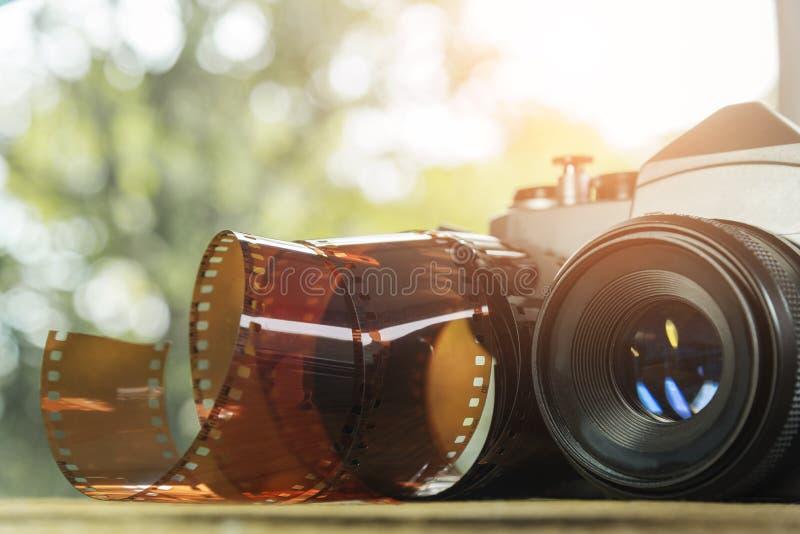 Rocznik kamera z ekranową rolką na ziemi t?o portfolio wi?cej m?j podr?? zdjęcia stock