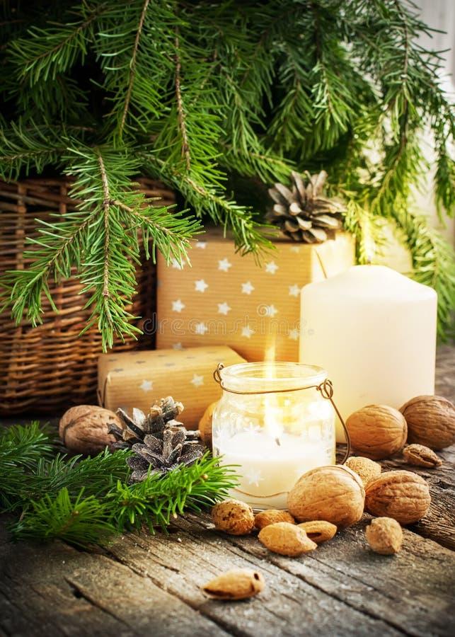 Rocznik kartka bożonarodzeniowa z prezentami i świeczkami obrazy stock