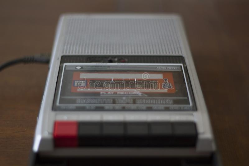 Rocznik kasety taśmy gracz z audio kasety taśmą inside obraz stock