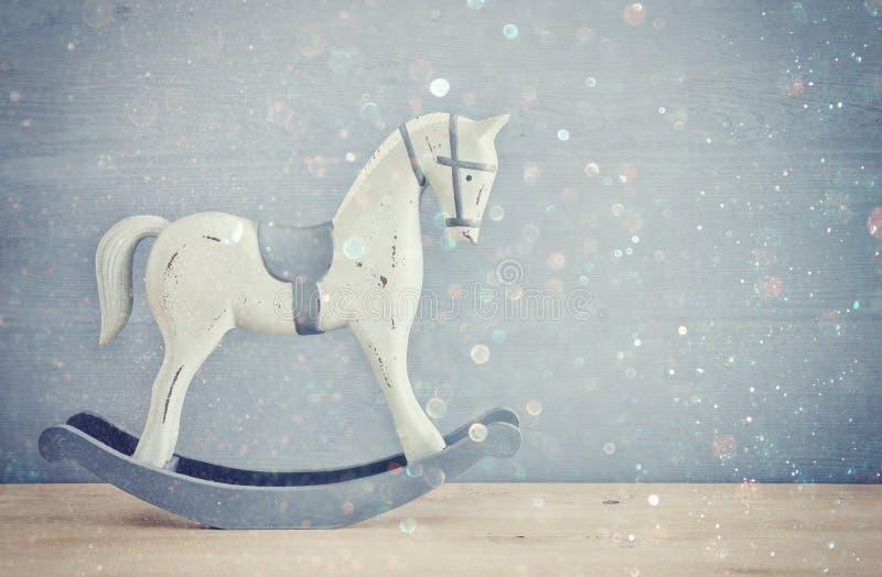 Rocznik kołysa konia na drewnianej podłoga zdjęcie royalty free