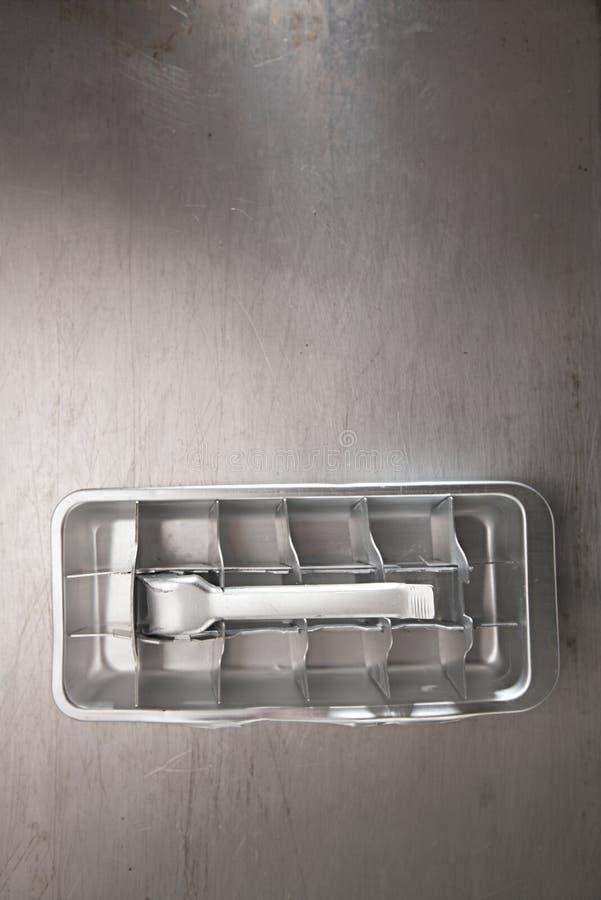 Rocznik kostki lodu blaszana taca zdjęcie royalty free
