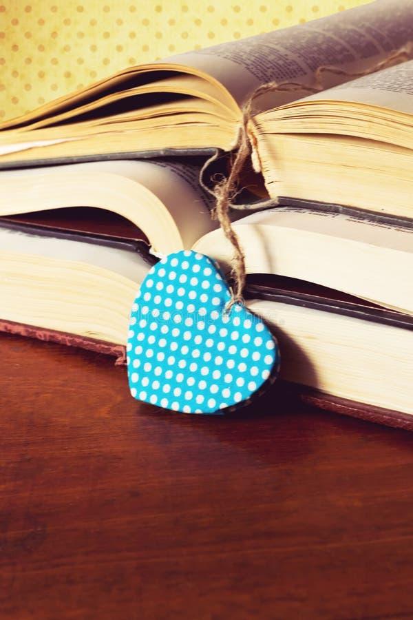 Rocznik książka z kierowym kształtem obrazy stock