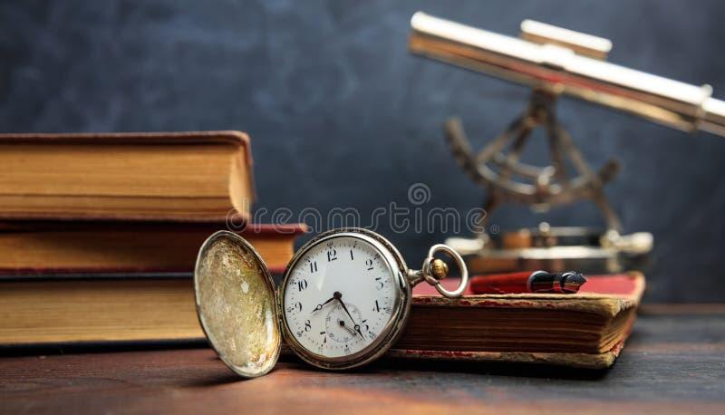 Rocznik książki i kieszeniowy zegarek na ciemnym tle zdjęcie stock