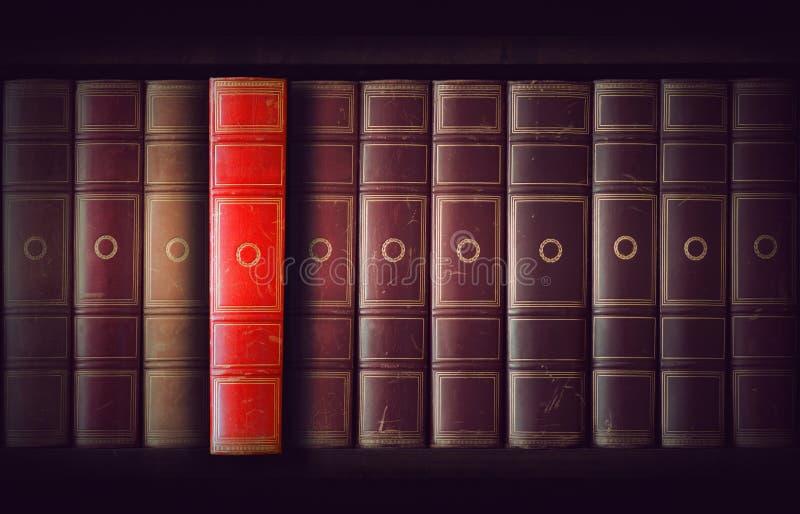Rocznik książki w bookcase obraz royalty free