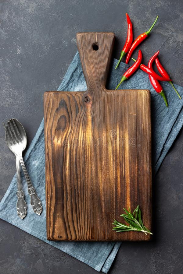 Rocznik kuchni drewniana deska, cutlery i czerwony pieprz nad pieluch? na zmroku, drylujemy t?o zdjęcia royalty free