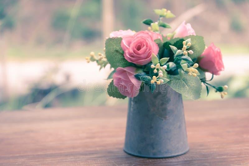 Rocznik kwitnie, piękne miękkich części menchii róże w wazie fotografia royalty free