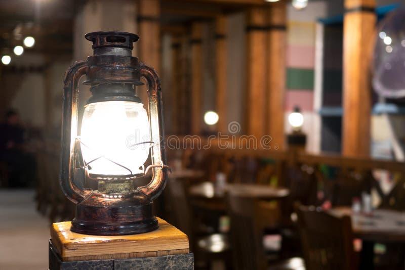 Rocznik lampa na tle stoły zdjęcia royalty free