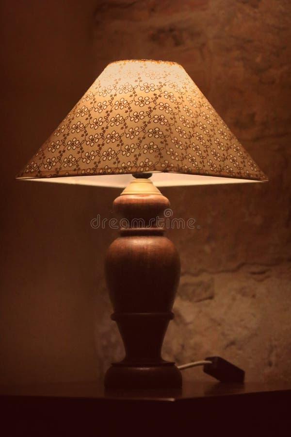 Rocznik lampa obok łóżka fotografia stock