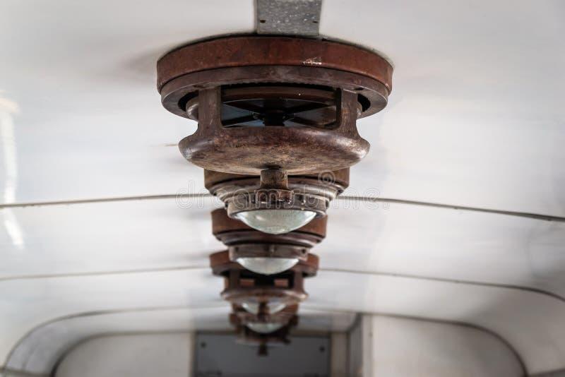 Rocznik lampy wśrodku starego kolejowego furgonu fotografia stock