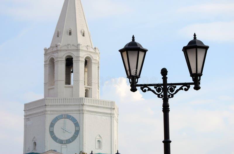 Rocznik latarnia uliczna i Kremlin wierza w Kazan. zdjęcie stock