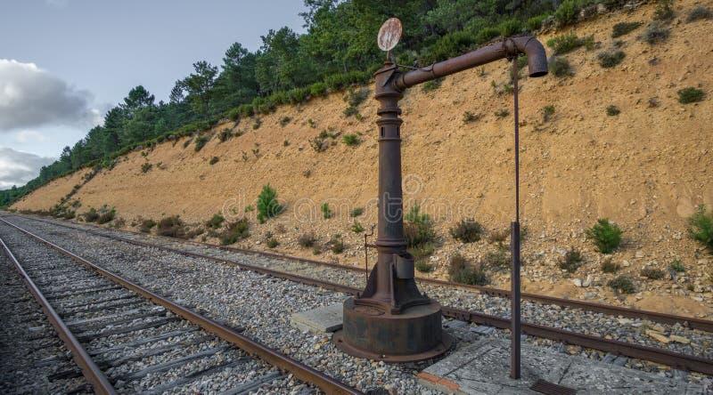 Rocznik linii kolejowej zaniechana pompa wodna w dzikim obraz royalty free