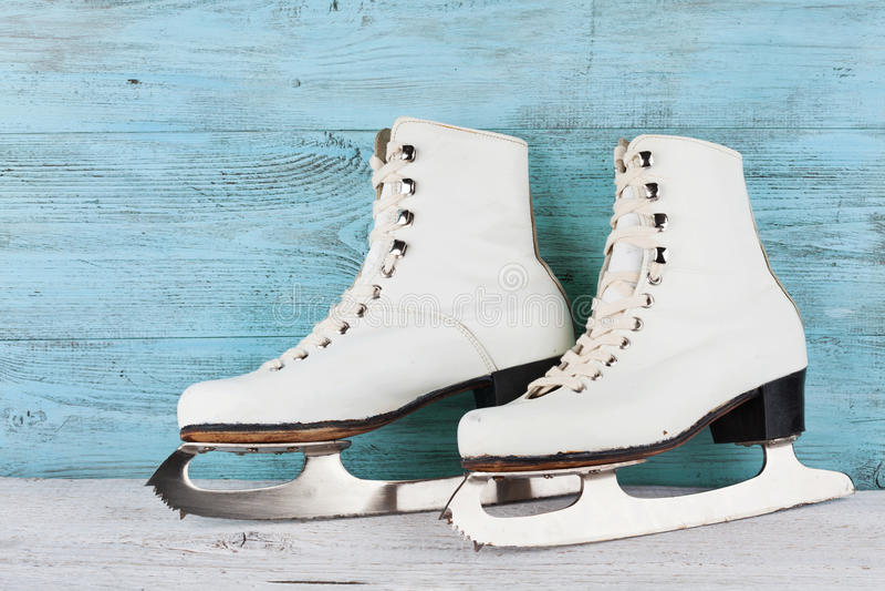 Rocznik lodowe łyżwy dla łyżwiarstwa figurowe na turkusowym tle zdjęcie royalty free
