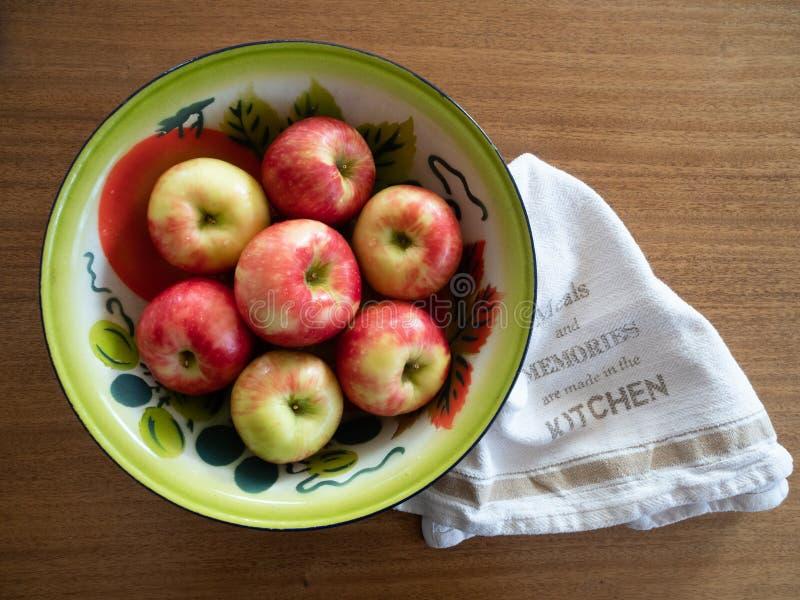 Rocznik Malujący Blaszany puchar z jabłkami i naczynie ręcznikiem z góry obrazy stock