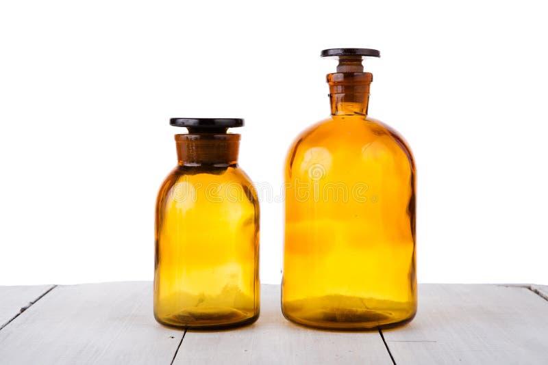 Rocznik medycyny butelki na drewnianym stole odizolowywającym na bielu obraz royalty free