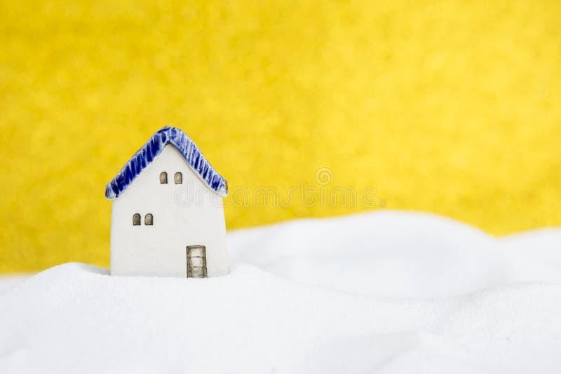 Rocznik miniatury ceramiczny dom na białym śniegu zdjęcia royalty free