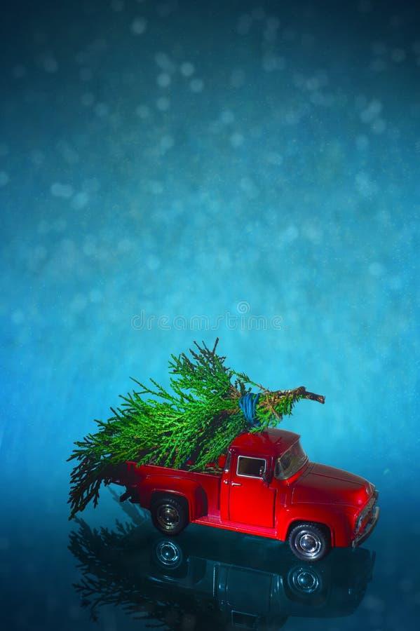 Rocznik miniatury ciężarówka dostarcza choinki na śnieżnym tle obrazy royalty free