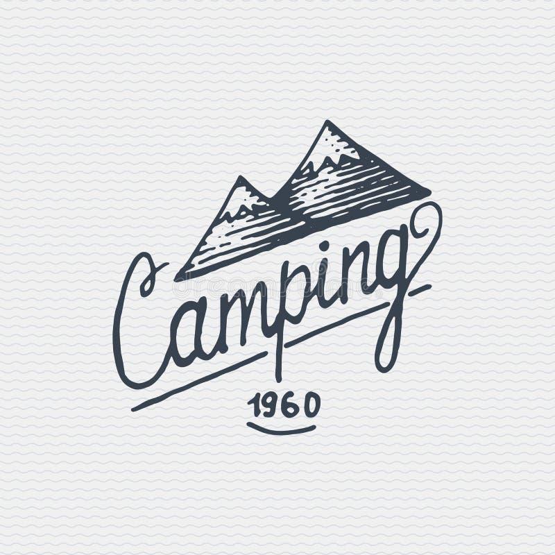 Rocznik odznaka, etykietka grawerujący, stary wyga rysujący styl z i literowanie górami i campingiem ilustracji