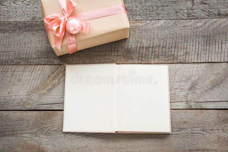 Rocznik otwarta książka dla ciebie powitania i życzenia Handmade teraźniejszość od opakunkowego papieru i pastelowe menchie my kł fotografia royalty free