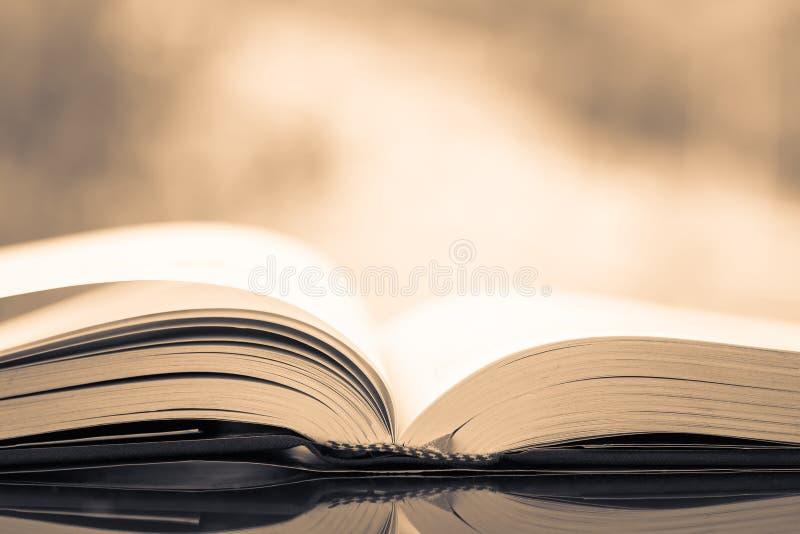 Rocznik otwierająca książka zdjęcia royalty free