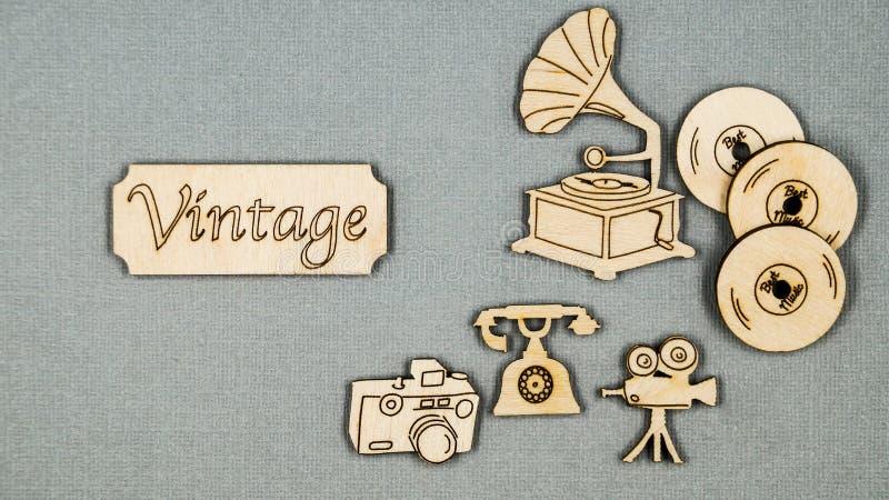 Rocznik płaskie drewniane rzeczy składali na popielatym stole Telefon, fonograf, film kamery, winylowi rejestry i kamera, fotografia royalty free