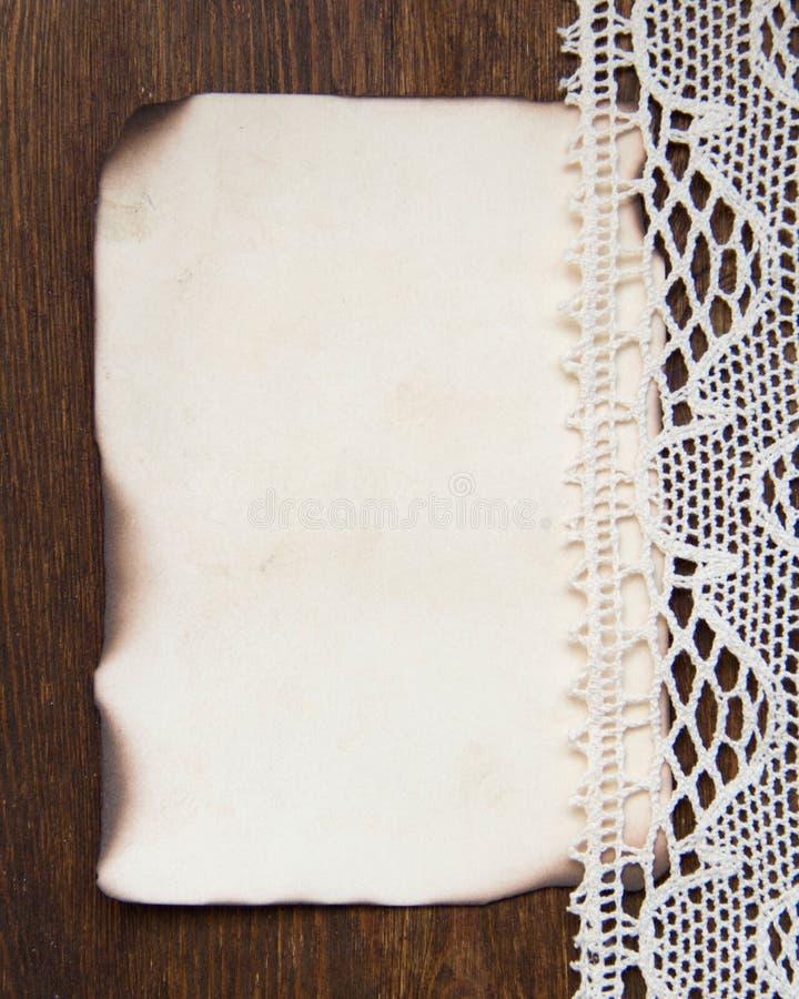 Rocznik paląca papierowa karta i szydełkuje koronkę fotografia stock