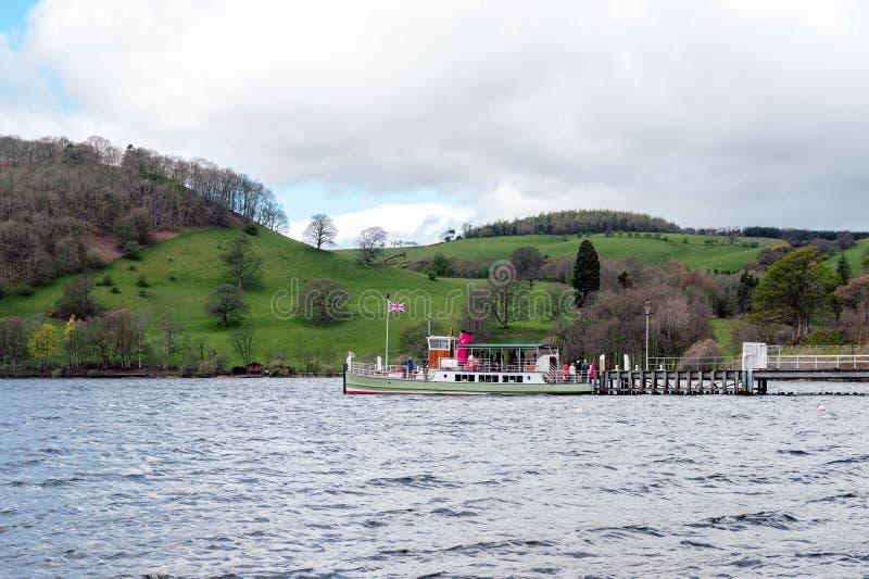 Rocznik parowa łódź wymieniał Zachodni belle przy molem na Ullswater w Jeziornym Gromadzkim parku narodowym, Anglia, UK obrazy royalty free