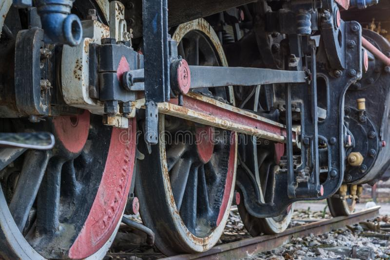 Rocznik parowej lokomotywy czarny pociąg w górę z kołami i częściami zdjęcie stock