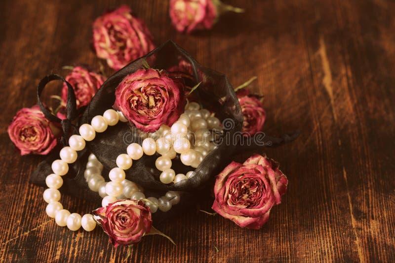 Rocznik perła z suchymi różami zdjęcia royalty free