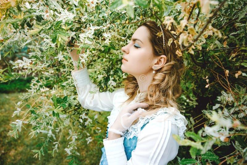 rocznik piękna smokingowa kobieta Wiosny zieleń Wiktoriańska dama eleganckie zdjęcia stock