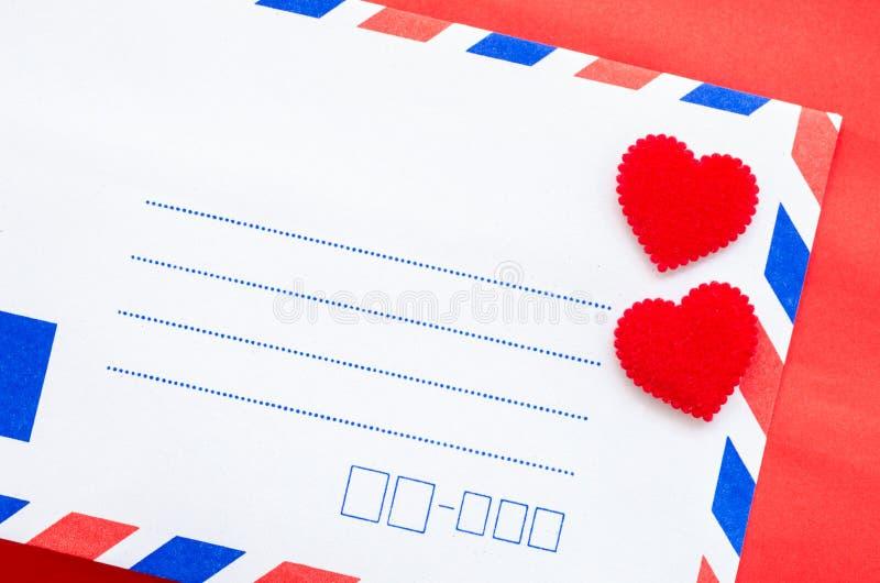 Rocznik poczta koperty i czerwony serce obraz stock