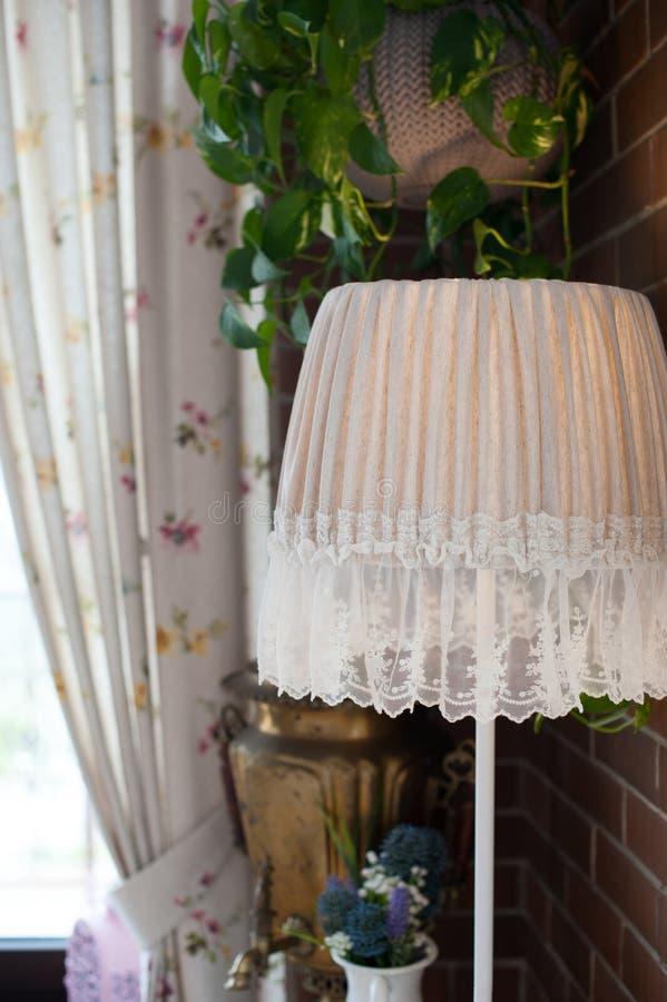 Rocznik podłogowa lampa przy okno obraz stock