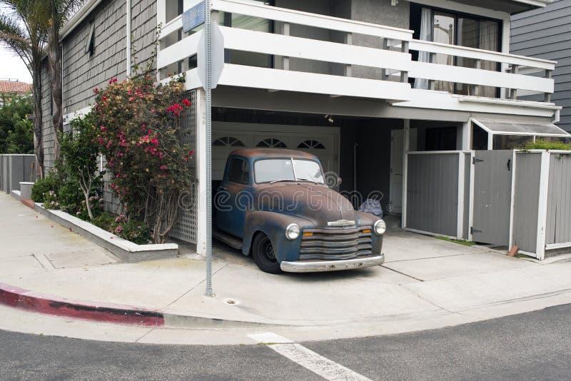 Rocznik podnosi up samochód w ulicie w Wenecja, Kalifornia zdjęcia stock