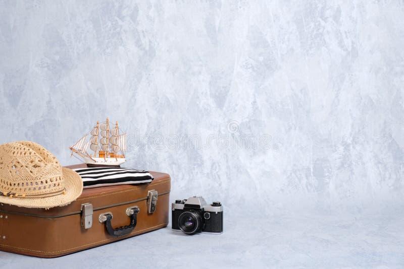 Rocznik podróży torba z lat morskimi akcesoriami: retro kamera, zabawkarska żaglówka, plażowy kapelusz Podróż lub turystyka, waka fotografia royalty free