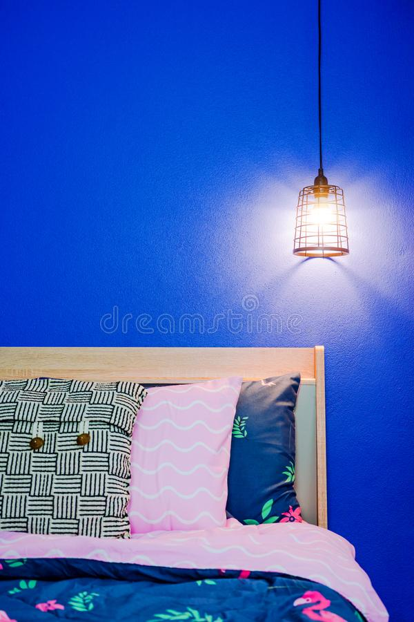 Rocznik podsufitowa lampa na błękitnej sypialni ścianie zdjęcie royalty free