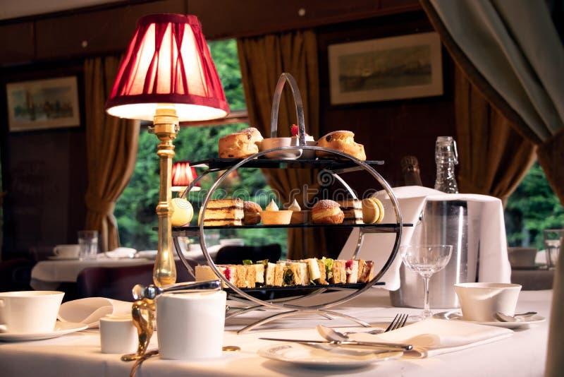 Rocznik popołudniowej herbaty stojak przez okno taborowy przedział zdjęcia royalty free
